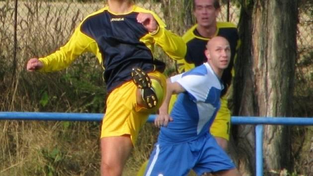Dokeský obránce Blažek (vlevo v souboji s braškovským Bachem) už na turnaji také skóroval. I do vlastní branky.