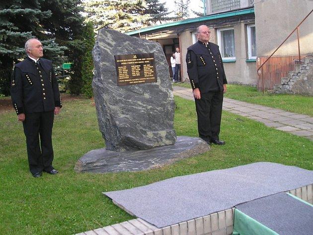 Obětem největšího důlního neštěstí na Kladensku byl konečně postaven pomník .