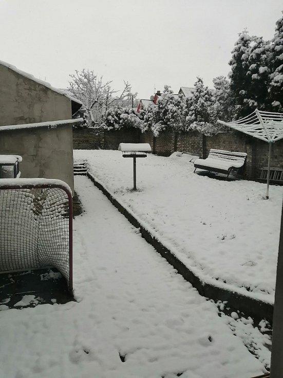 Zasněžená krajina v kladenských Kročehlavech.