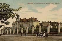 Pohled z roku 1910, nemocnice při pohledu ze západu.