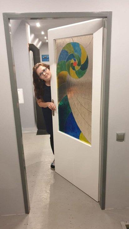 Písničkářka Simona Klímová nemůže vystupovat, tak se vrátila k malování a zvelebuje chalupu.