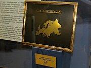 Autogramiáda Rytířů Kladno v Oaze. Tuhle trofej získalo Kladno v roce 1979 -  Pohár mistrů evropských zemí
