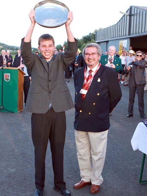 Velký úspěch zaznamenal na právě skončeném MS v přesném létání v rakouském Riedu pilot–navigátor Jiří Machovský (na snímku) z Aeroklubu Kladno. V kategorii juniorů vybojoval zlato.