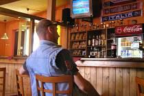 Vladislav Urban nemá dopoledne příliš práce. Hosté chodí do barů většinou až po pracovní době, takže může po očku sledovat přímé přenosy z olympijských her.