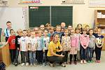 Žáci I. B 6. ZŠ Kladno s třídní učitelkou Jitkou Albrechtovou.