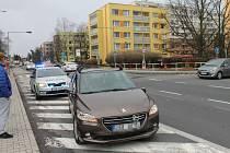 Ve vodárenské ulici v Kladně srazilo auto ženu.