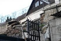 Sesunutá opěrná zeď ve Zvoleněvsi padla na pozemek sousedů