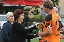 Místostarostka Buštěhradu Mgr. Magda Kindlová předává pohár kapitánovi vítězného týmu z Brandýsku // Letní fotbalový turnaj o pohár Buštěhradu 2017