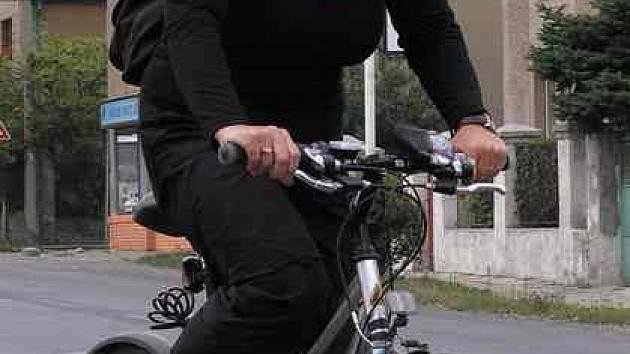 Bezpečně na kole. Celkem 330 metrů dlouhý úsek takzvané Jižní spojky, tedy vnitřní městské cyklostezky z Rozdělova do Kročehlav, byl včera oficiálně otevřen v ulici Železničářů.