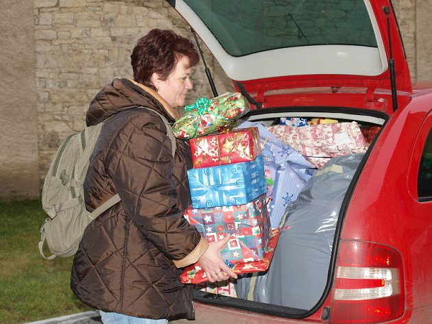 Vánoční strom splněných přání vydal desítky dárků.