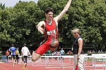 Pavel Sedlák, A.C. Tepo Kladno, se kromě skoku do dálky věnuje hlavně běhu na 110m překážek