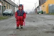 Maminko, kde je ten kanál? O své silnici mluví obyvatelé Palackého ulice v Kladně téměř s nadsázkou. Uježděná hlína zalátaná stavební sutí je jen pro ostudu.