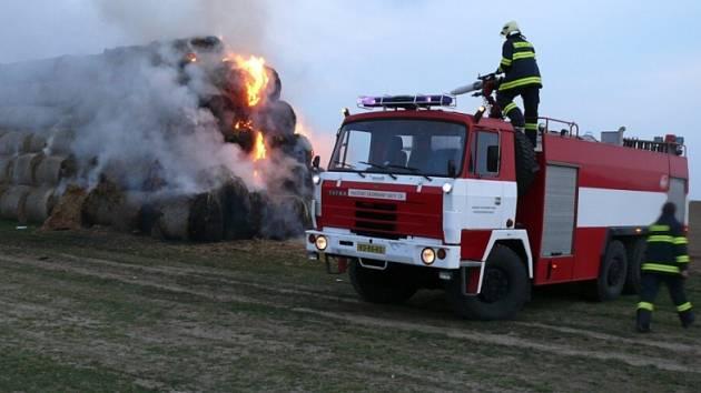 Rozsáhlý požár stohu způsobil škodu 150 tisíc korun. Podle vyšetřovatele hasičů byl oheň založen úmyslně.