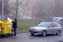 Příliš mnoho odpadu? V Kordačově ulici v Kladně není nijak neobvyklé, že lidé do místních kontejnerů odvážejí odpad auty.