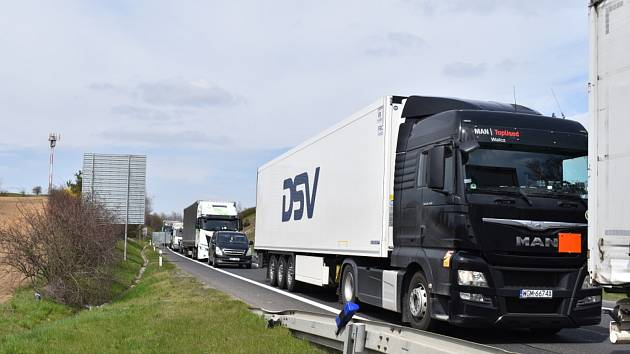 Až do konce dubna se opravuje rychlostní silnice u Slaného, nyní i u Kvíce a Studeněvsi.