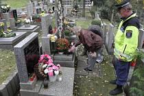 Strážníci dělají pravidelné kontroly hřbitovů.