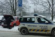 Problémy se sněhem pomáhali řidičům a chodcům zdolávat v Kladně strážníci.