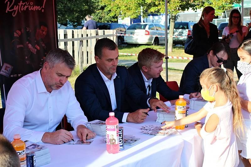 Rytíři Kladno - autogramiáda u Kauflandu byla hodně úspěšná, pro podpis Jágra a spol. si přišly stovky fanoušků. Trenéři Čermák, Burger a Paul