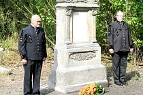 POMNÍK PĚTI HORNÍKŮM z jámy Kateřina stojící na církevním hřbitově ve Vrapicích je nyní nově zrestaurovaný.