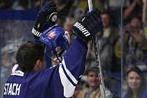 David Stach si hokej užívá, je ochoten pobavit i diváky. Právem patří mezi jejich oblíbence. //  Rytíři Kladno –Dukla Jihlava, WSM liga LH, 19. 9. 2015