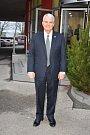 Návštěva amerického velvyslance Stephena B. Kinga na slánsku zaujala i voliče. Zavítal do firmy Linet v Želevčicích, přičemž tamní komise zasedala opodál.