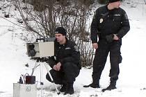 Městská policie Kladno, ale i jiné městské a obecní policie, stále nemají k dispozici cedule označující úseky měření rychlosti. Neexistuje totiž jednoznačné stanovisko, jak mají vypadat.