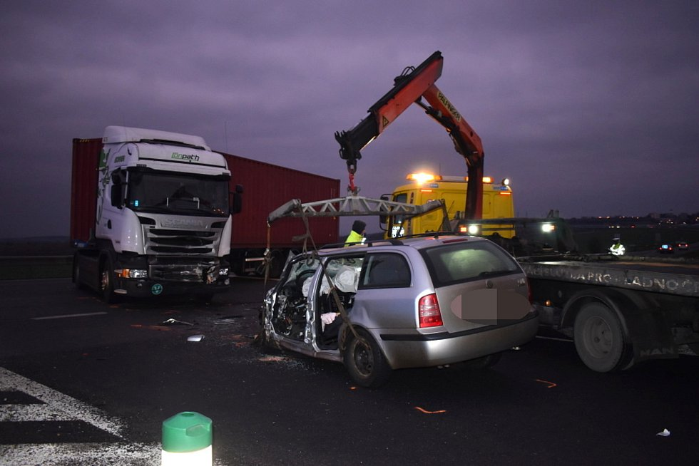 Dvě vážné nehody uzavřely silnice u Slaného.