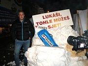 Kladno zasypaly tuny sněhu. Z Krušných hor nechal bílou nadílku dovézt exprimátor Volf.