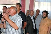 DOTAZŮ bylo mnoho. Budoucnost obce není lhostejná ani hudebníkovi Michalu Prokopovi (druhý zprava), který zde žije.