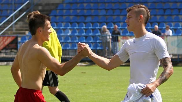 Marek Tóth vpravo zdraví soupeře po utkání // SK Kladno -TJ Slavia Louňovice 2:2 , Divize B 2013/14, hráno 10.8.2013