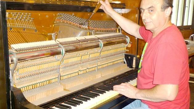 Podle Jana Jandy z Brandýsku na Kladensku je potřeba piano jednou ročně naladit.