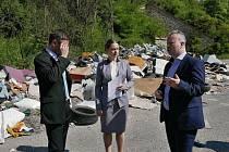Ministr životního prostředí Richard Brabec předal v pondělí starostce Buštěhradu Daniele Javorčekové rozhodnutí o přidělení dotace na likvidaci černé skládky.