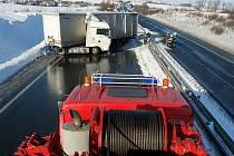 Dopravní nehoda kaminou zablokovala silnici R7 nedaleko Buštěhradu.