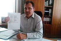 Starosta Martin Hrabánek představuje soupis akcí, které je možné udělat z peněz původně vyhrazených pro sportovní halu