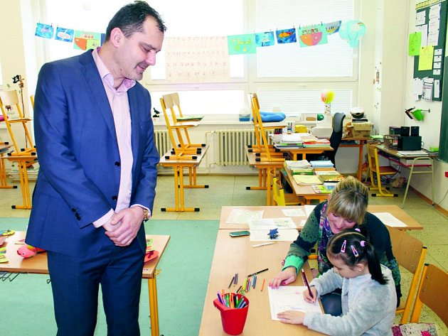Ředitel Martin Hrabánek u letošního zápisu. Už v té době věděl , že dětí bude více, než je kapacita školy.