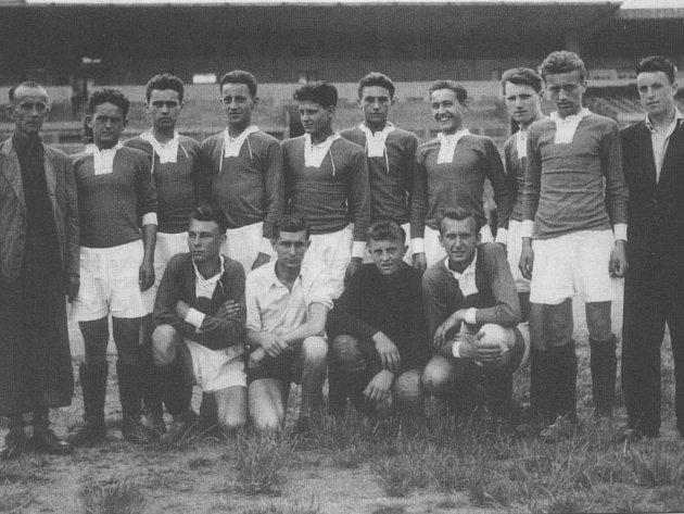 Antonín Kratina (vlevo nahoře) měl lví podíl na vzestupu fotbalových Kročehlav.