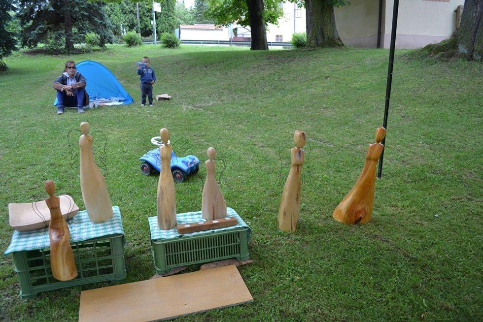 Červencové řezbářské sympozium v Tuchlovicích se koná několik dní.