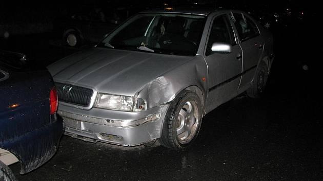 Nabouranou škodu Octavii zaparkoval bez výčitek svědomí její majitel v sídlišti Na Dolíkách. Strážníci ji našli za pár minut.