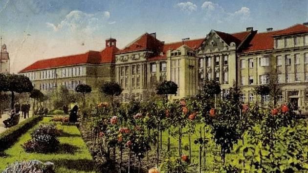 Nádherná květinová výzdoba náměstí na začátku třicátých let.