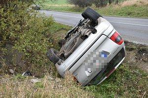 U Smečna havarovala řidička, auto převrátila na střechu