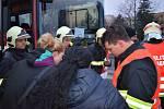 Evakuovaní obyvatelé paneláku v Americké ulici dostávají instrukce od hasičů