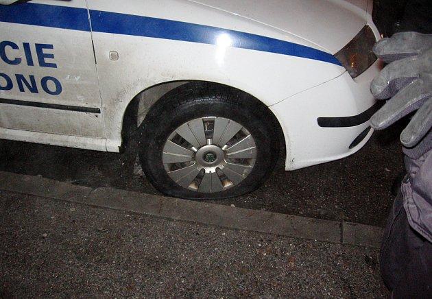 Ve filmu Slavnosti sněženek sebral policista v podání Josefa Somra ventilky podnapilým myslivcům. Mladík z Kladna postupoval podobně, pneumatiky však vypustil střízlivým strážníkům.