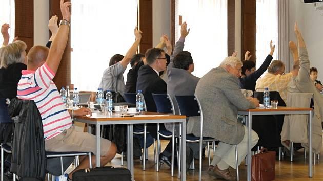 Slánští zastupitelé hlasují při zasedání v Grandu