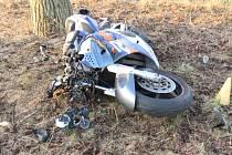 Motorkář sjel ze silnice a narazil do stromu.