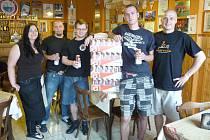 GAMBRINUS 10 ORIGINÁL si v pivním Baru U Gymplu mezi sebe rozdělí štamgasti. Podnik má své  webové stránky www.kulecnik-ugymplu.cz.