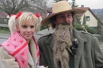 MASKU KRAKONOŠE zvolil do masopustního průvodu Fanda Koubek z Lidic.  Na snímku je s Klárou Klímovou, pracovnicí Památníku Lidice a vnučkou lidického dítěte.