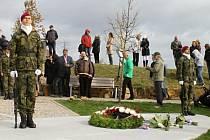 Odhalení velkoplošného památníku Stín v parčíku Na Křižovatce.