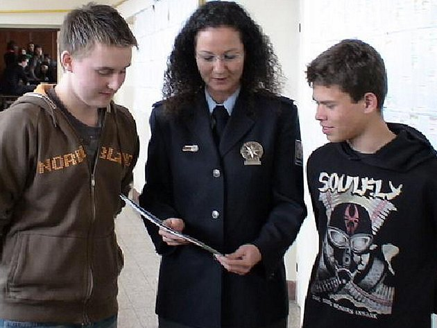 Policisté navštívili  v rámci náborových akcí pořádaných ve středních školách také slánské gymnázium. Právě absolventi by mohli v brzké době rozšířit řady strážců zákona.
