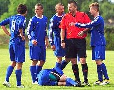 Hráči Hvozdnice včetně Tomáše Řepky obléhají naštvaně rozhodčího. To ještě nebyl vážný problém, ten přišel až na konci duelu v pohodě inzultace sudího Chovance koučem Zbyňkem Bustou.
