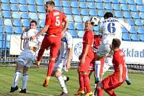 Kladno (v bílém) podlehlo v MOL Cupu Ústí nad Labem 1:2, tady Antonín Holub (č.6) srovnal na 1:1.